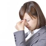 目が疲れる女性
