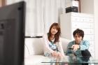 テレビを観る男女