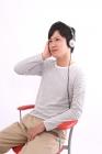 音楽を聞く男性