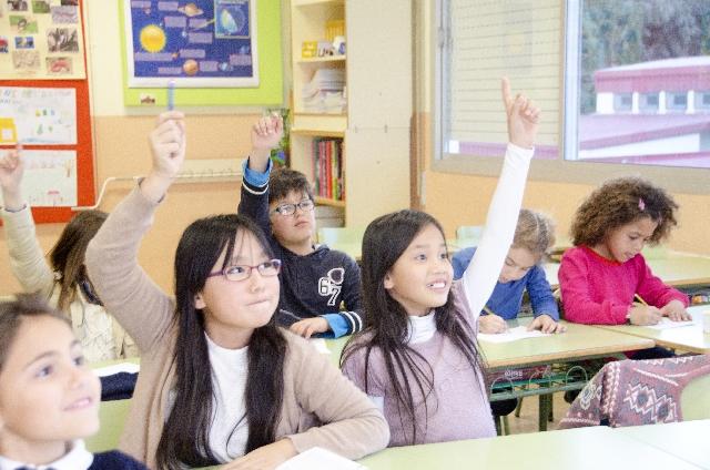 挙手する子どもたち4